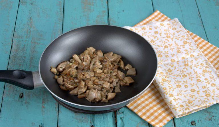 e fateli saltare in padella con due cucchiai di olio extravergine d'oliva ed il timo
