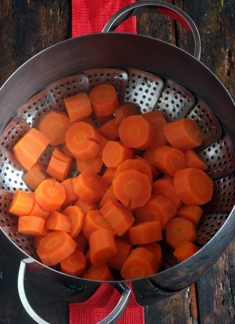 Pelate le carote, tagliatele a pezzetti e mettetele in una pentola e cuocetele a vapore per circa 20 minuti.