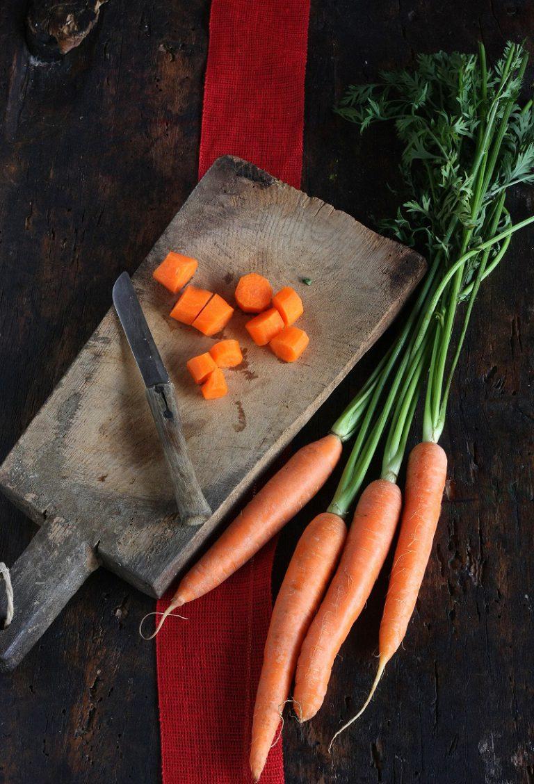Mettetelo in un piatto e dategli una forma circolare con un coppapasta. Rovesciate lo sformato di carote, cospargete di semi di sesamo prima di servire.