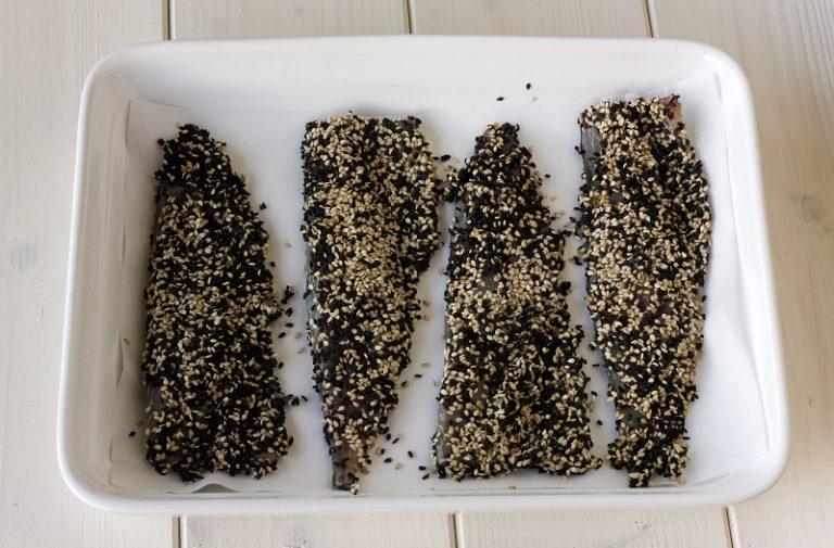 Condite con un filo di olio extravergine di oliva ed infornate in forno già caldo per il tempo previsto con un rametto di timo limone.
