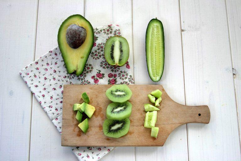 Pulite e pelate la frutta. Tagliatela a cubetti piccoli ed inserire in un frullatore.