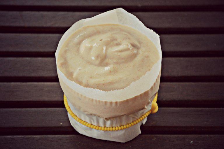 Versate il composto dentro gli stampini superando di un paio di cm il bordo delle cocotte   Mettete in freezer per almeno 3 ore. Tirate fuori dal freezer i soufflè, eliminate la carta forno e decorate con le noci sminuzzate.