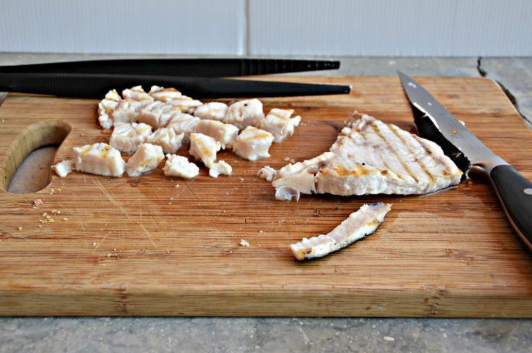 Cuocete il pesce spada su una piastra rovente, salatelo leggermente e tagliatelo a cubetti. Lessate la pasta in abbondante acqua salata, versatela in una terrina e conditela con il pesto e la dadolata di pesce spada.