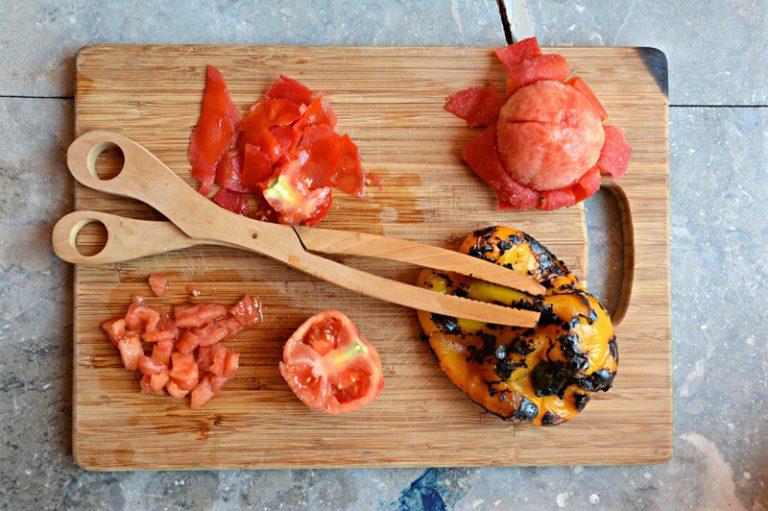 Abbrustolite i peperoni dopo averli lavati e asciugati, spellateli e tagliateli a dadini. Sbucciate i pomodori eliminate i semi.