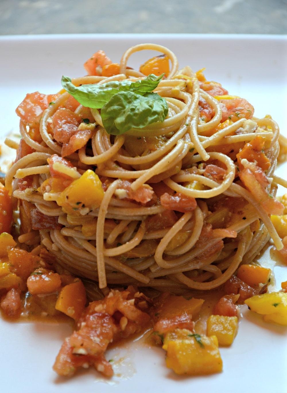 Spaghetti integrali con salsa al basilico e mandorle