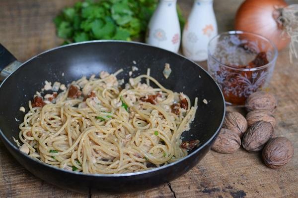far soffriggere la cipolla con un po' di olio, aggiungere il tonno e i pomodori secchi e saltare la pasta al dente nella casseruola