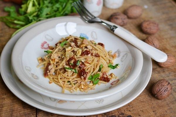 Spaghetti con tonno, noci e pomodori secchi