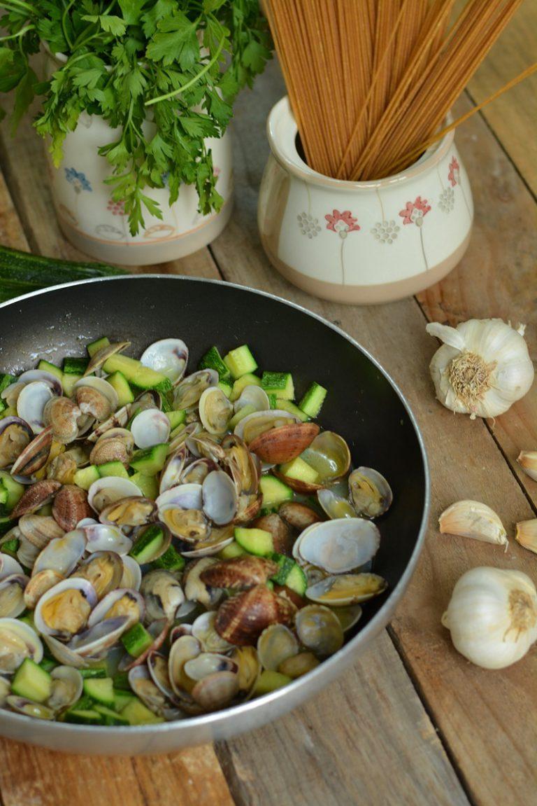 lasciate cuocere le vongole a fuoco lento. In un altra padella fate rosolare l´aglio nell´olio, aggiungere le zucchine. Fate cuocere per 15 min. le zucchine. Unite le vongole e lasciare bene amalgamare il tutto.