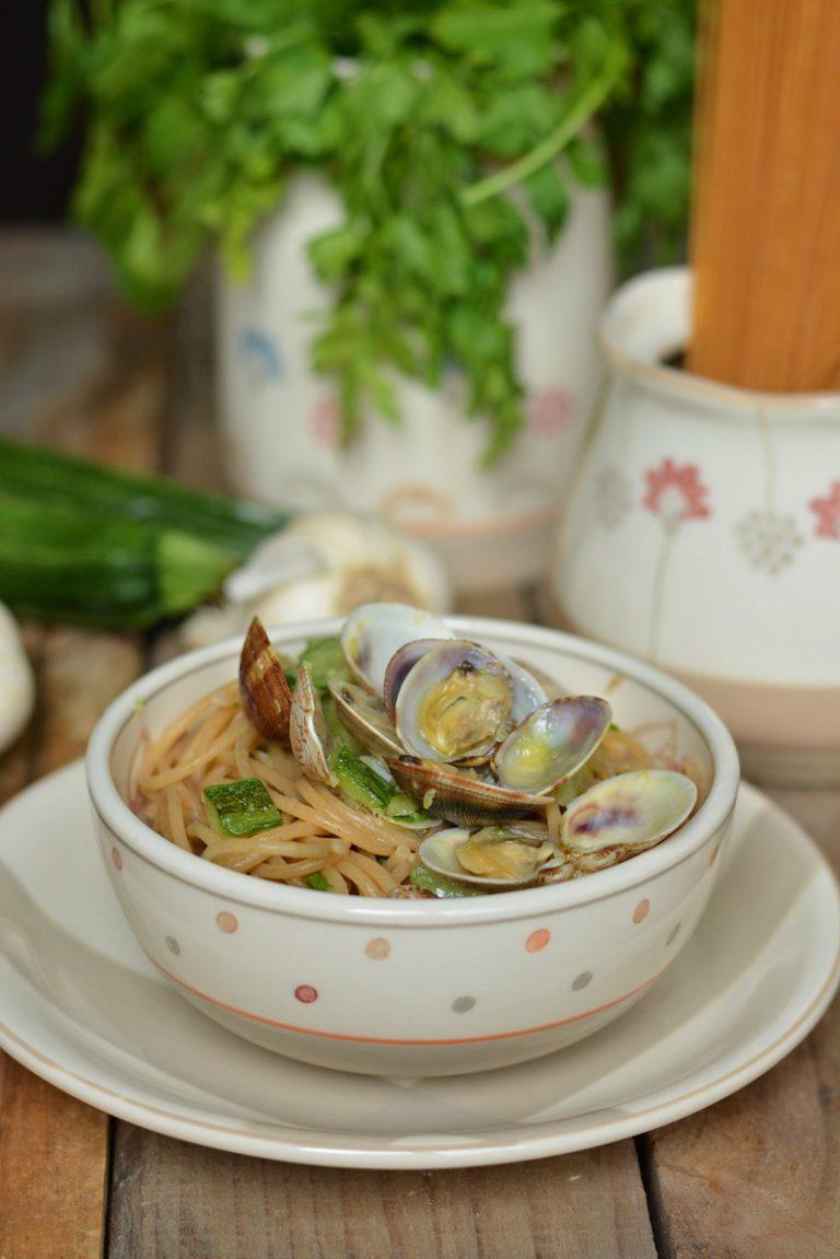 cuocere la pasta in abbondante acqua salata e successivamente saltare gli spaghetti in padella insieme alle vongole e le zucchine e un trito di prezzemolo