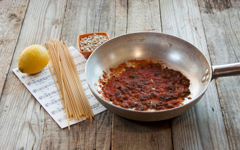 In una padella preparate un soffritto con uno scalogno, aggiungete la passata di pomodoro e le olive sminuzzate con cura.