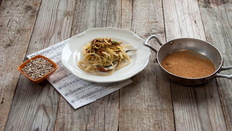 Cuocete gli spaghetti in abbondante acqua salata, scolate e mescolate con il condimento. Servite con il pangrattato tostato.