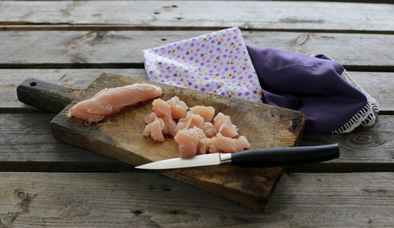 Tagliate il petto di pollo a tocchetti con un coltello affilato