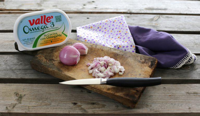 Preparate un trito con gli scalogni e fateli soffriggere in una padella antiaderente per 5 minuti