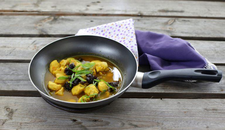 Aggiungete la bustina di zafferano sciolto in una tazzina di brodo, le prugne tagliate a piccoli tocchetti ed il basilico tagliato a striscioline, lasciate cuocere ancora per qualche minuto