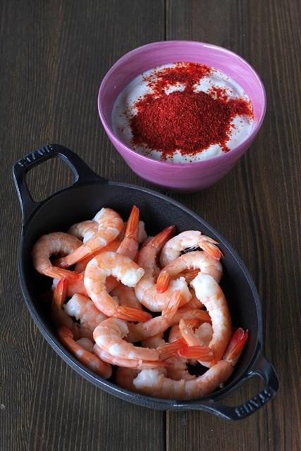 Mescolate lo yogurt con il cucchiaio di spezie, versate sui gamberi e lasciate marinare per 24 ore in frigorifero coperto da pellicola.