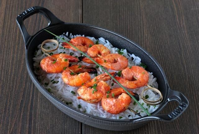 Servite su del riso basmati al vapore condito con olio di sesamo e cospargete di erba cipollina.