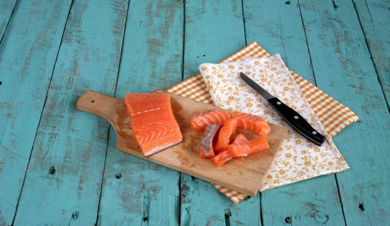 Tagliate il filetto di salmone a piccoli tocchetti.