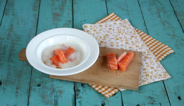 In un piatto sbattete l'albume, appoggiateci il salmone