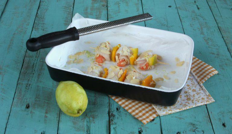 Ripassatelo nell'albume e nelle scaglie di mandorle, aggiungete delle zeste di limone.  Saltate in padella con poco olio extravergine di oliva, spremete un po' di succo di limone prima di terminare la cottura.