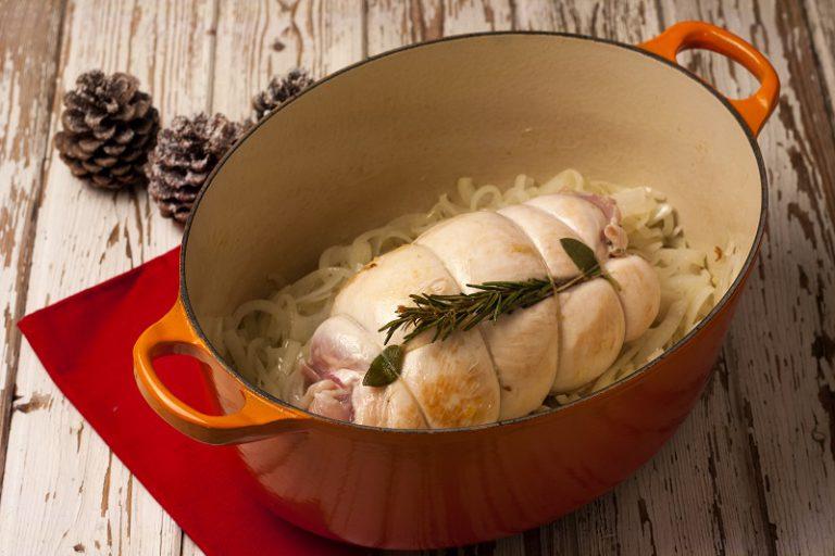 Arrosto di tacchino in pentola - Affettate sottilmente le cipolle e lasciatele stufare a fuoco basso per circa 20 minuti, aggiungete al termine la fesa di tacchino.