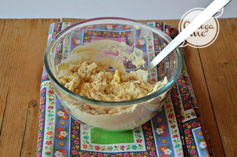 Mettete dentro una ciotola la farina, fate una conca e rompete dentro le uova con un pizzico di sale; sbattete con una forchetta per amalgamare le uova e poi rovesciate su una spianatoia.