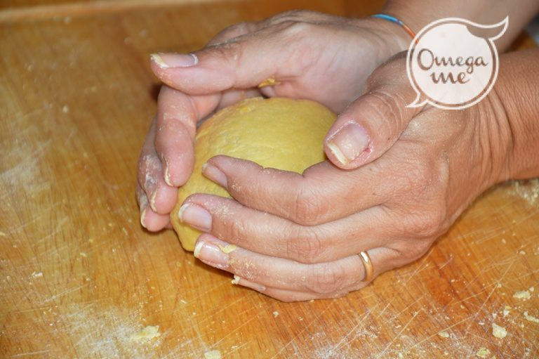 Lavorate il composto con le mani fino a realizzate un impasto compatto.