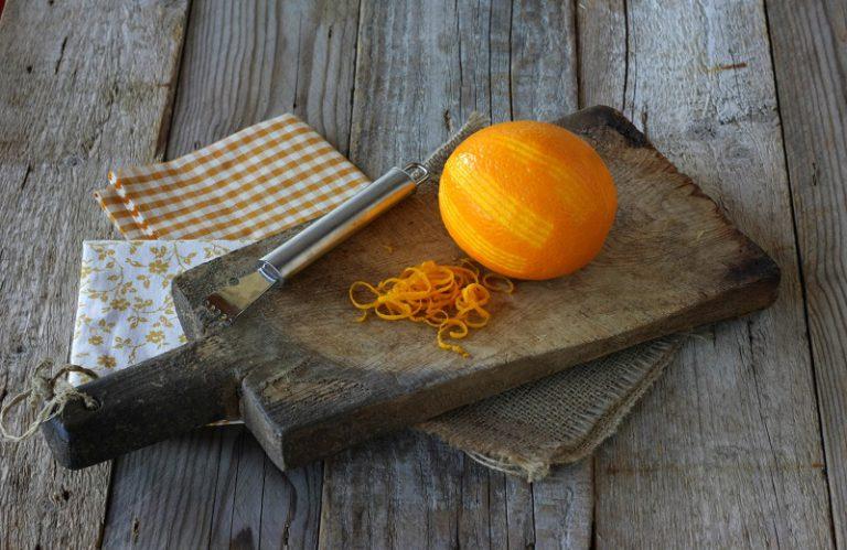 Lavate ed asciugate le arance. Ricavate delle zeste senza intaccare la parte bianca e mettetele in una piccola casseruola coperte di acqua fredda e portatele a bollore – ripete l'operazione due volte.