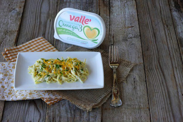 Aggiungete la rucola, scolate la pasta e conditela. Prima di servire aggiungete le zeste di arancia.