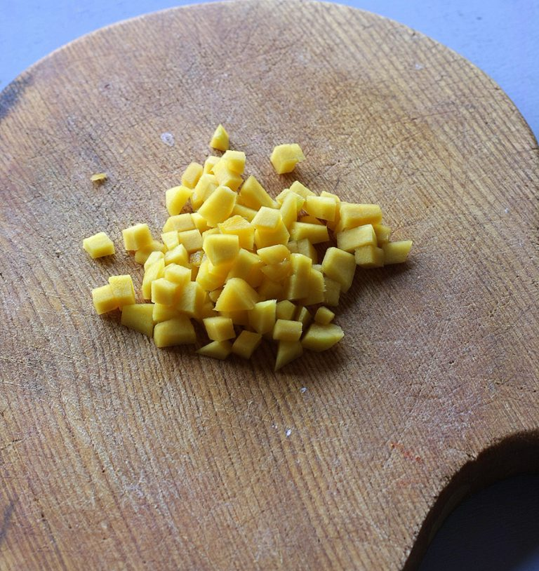 Pelare e procedete nello stesso modo anche per il mango avendo cura di mantenere la stessa proporzione nei cubetti.