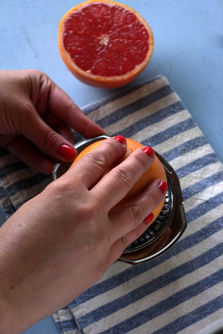 Spremete il succo di un pompelmo rosa