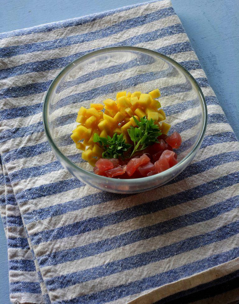 Marinate nel succo i cubetti di tonno e mango almeno mezz'ora in frigorifero.