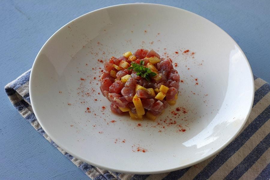 Tartare di tonno fresco al pompelmo con mango