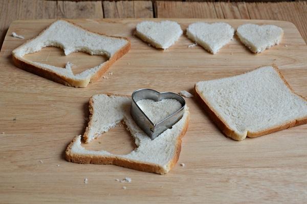 Tostate su una griglia rovente le fette di pancarrè, coppate con un coppa pasta a forma di cuore