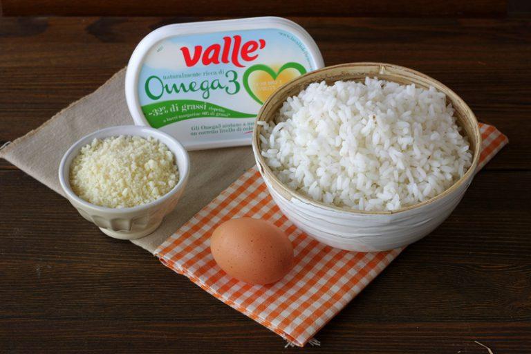 In abbondante acqua salata lessate il riso, scolatelo e in una ciotola conditelo con la Vallé Omega3, il parmigiano e l'uovo leggermente sbattuto.