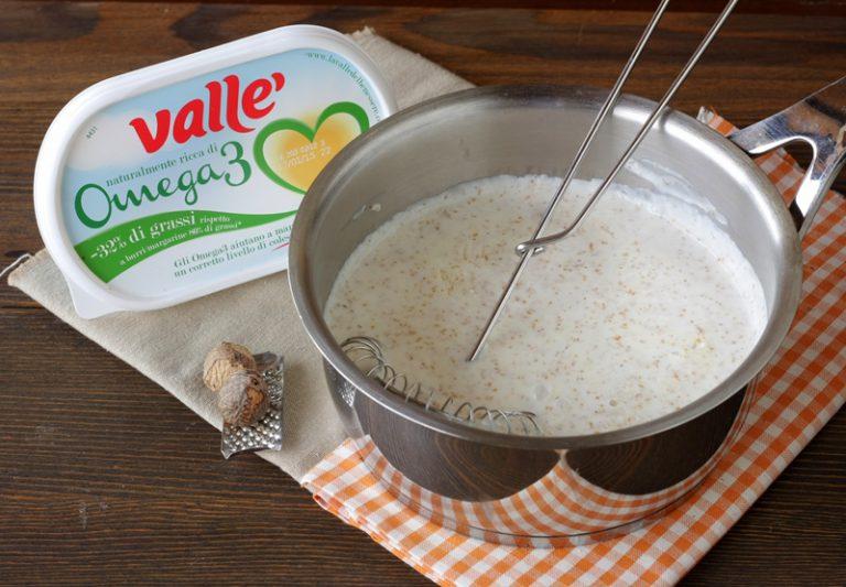 Preparate la besciamella facendo tostare per un paio di minuti la farina con la Vallé Omega3 , aggiungete il latte a filo e continuando a mescolare portate a bollore. Abbassate la fiamma ed lasciate che la besciamella inizia ad addensare mescolando sempre con una frusta.