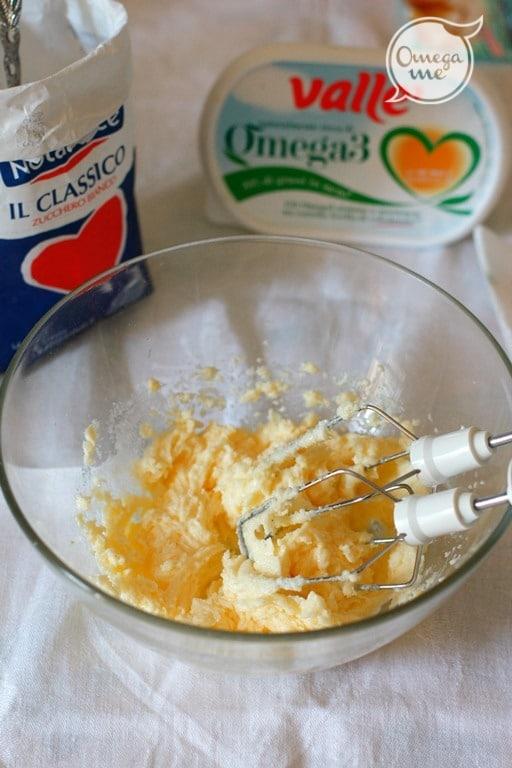 Lavorare Vallé e metà dello zucchero fino ad ottenere una crema spumosa