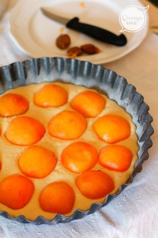 Versarlo in una teglia da forno e disporre le albicocche tagliate a metà e private del nocciolo.