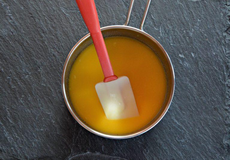 Mescolate con una spatola aggiungendo con movimenti dall'alto verso il basso, il mix di farine alternando al miscuglio di latte e margarina. Ungete una teglia di 22 cm di diametro, infarinatela con la farina di riso e versate all'interno il compostoInfornate in forno caldo a 170°C per circa 20-25 minutiSfornate, fate raffreddare e servite con i frutti di bosco le mandorle a lamelle e una spolverata di zucchero a velo.