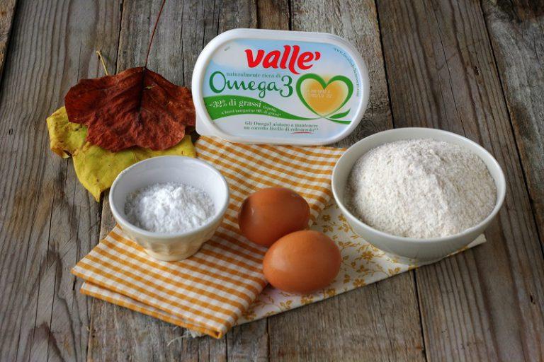 Fate ammorbidire la margarina e sbattetela a crema con lo zucchero.