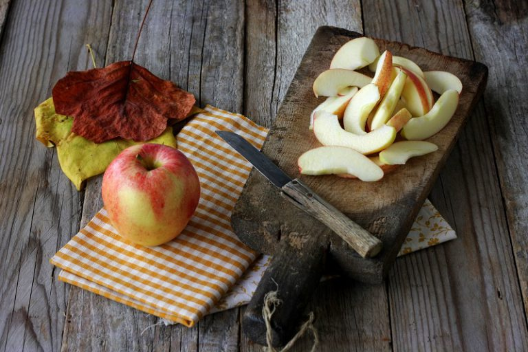 Tagliate le mele a fettine e bagnatele con del succo di limone.