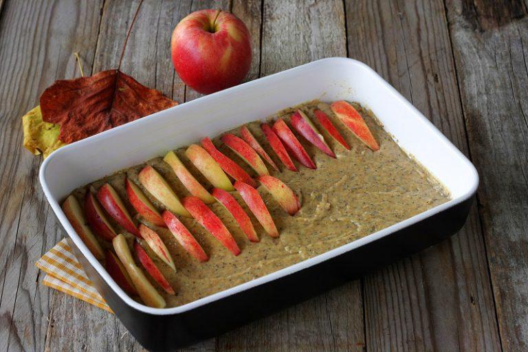 Foderate con carta forno uno stampo – stendete la pasta e distribuite le mele.