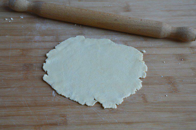 Riprendete l'impasto e suddividetelo in otto pezzi di circa 50 g l'unoStendete con un matterello formando un disco di circa 15 cm di diametro
