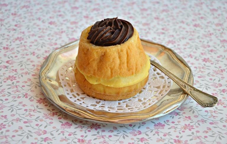 Tortine alla crema con glassa al cioccolato