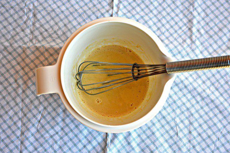In un pentolino portate a ebollizione 250 ml di latte. In una scodella mescolate con una frusta a fili un uovo con la 25 g di farina, 20 g di zucchero di canna e un cucchiaino di estratto di vaniglia.