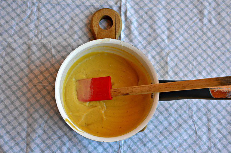 Unite il latte caldo a filo ed emulsionate per amalgamare evitando grumi. Rimettete la crema dentro un pentolino e cuocete fino ad addensamento della salsa. Ponetela dentro una ciotola coperta e passatela in frigo.