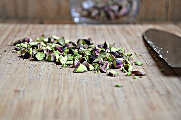 Versate la besciamella e decorate con la granella di pistacchi. Infornate a 180°C per circa 15 minuti. Servite tiepido