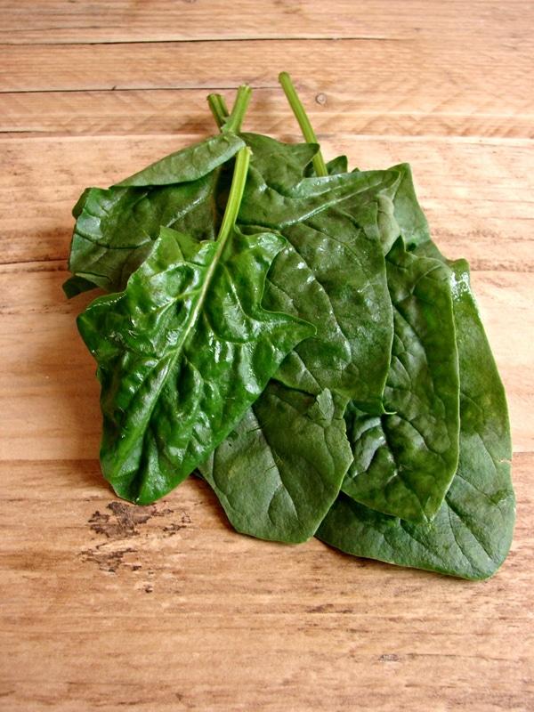 Lavate gli spinaci, metteteli in una padella con un coperchio e scottateli nella loro acqua sgrondata, dell'ultimo risciacquo.