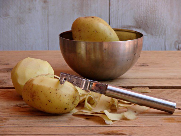 Lavate, asciugate, sbucciate le patate e affettatele sottili con una mandolina.
