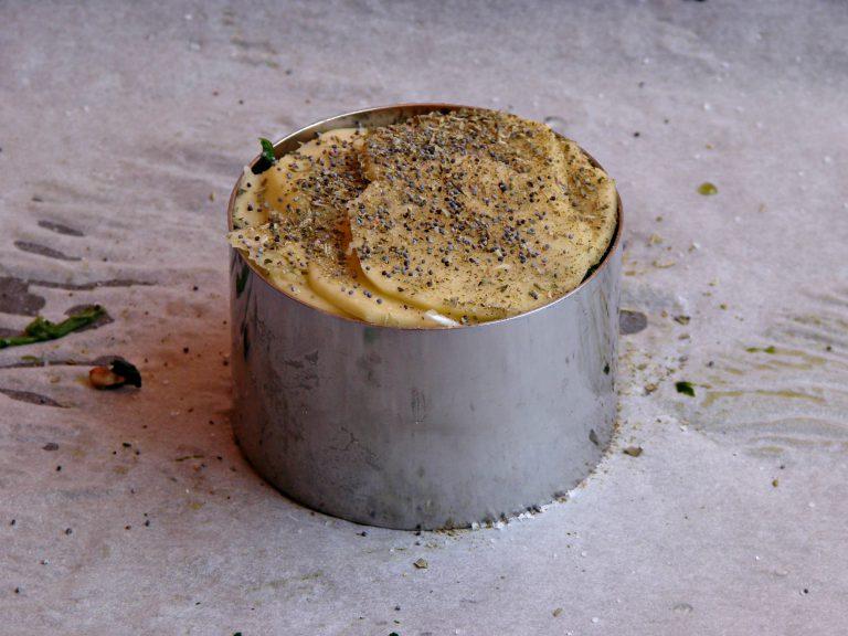 Infornate a 180°C per mezz'ora circa o fino a quando la superficie delle patate sarà dorata e croccante.