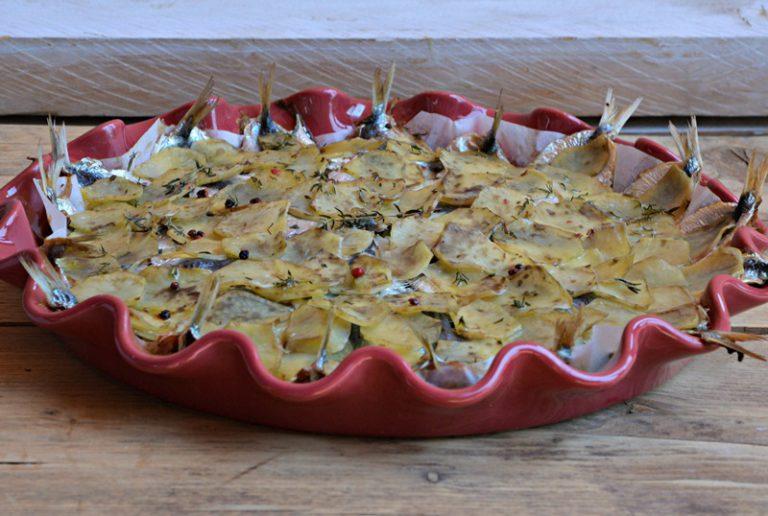 Lavate le patate e affettatele sottili con una mandolina. Lavate il finocchio e affettatelo finemente con la mandolina.